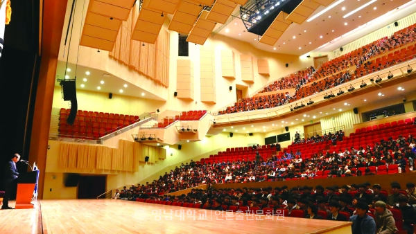 Entrance ceremony of College of Engineering and College of Mechanical and IT Engineering held in Chunma Arts Center.(photo by reporter Kang Sin-hyung)