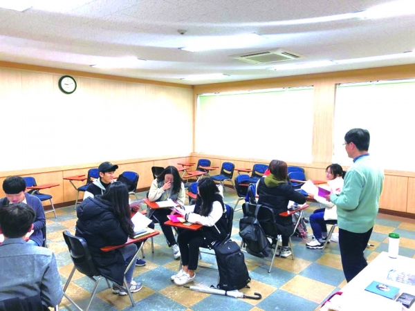 Students are paying attention to the class.(Photo by reporter Yoo Chan-jong)